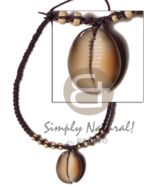 Big kaput shell in black Macrame Necklace